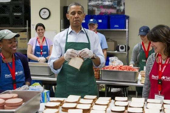 Gương mặt người đàn ông quyền lực nhất thế giới lộ rõ vẻ mãn nguyện sau khi đặt một chiếc bánh sandwich vào túi nilon. Đây là những chiếc bánh dành cho các công chức tình nguyện đi làm trong khoảng thời gian chính phủ ngừng hoạt động.