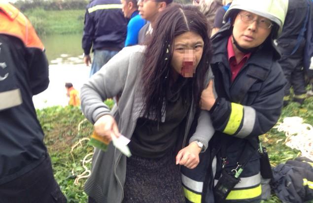 Nỗ lực cứu hộ tại hiện trường phi cơ Đài Loan lao xuống sông