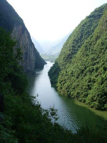 Sông Dương Tử (sông Trường Giang) là con sông dài nhất châu Á và đứng thứ ba trên thế giới sau sông Nin ở Châu Phi, sông Amazon ở Nam Mỹ. Trong những năm gần đây, con sông phải chịu đựng những chất ô nhiễm từ công nghiệp, nông nghiệp, và mất nhiều vùng đất ngập nước và hồ, làm gia tăng yếu tố lũ theo mùa.