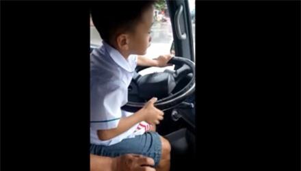 Rợn gáy cảnh bé trai lái ô tô chạy băng băng trên đường - 1