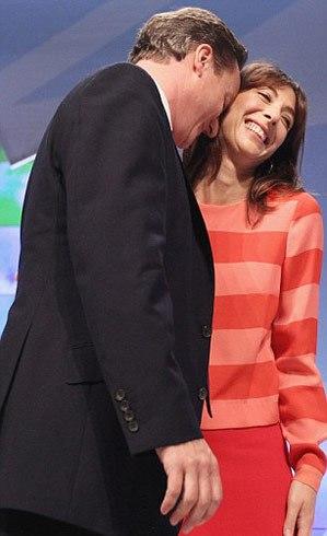 Vợ chồng Thủ tướng Anh nổi tiếng tình cảm và hay thể hiện cử chỉ quan tâm nhau một cách tự nhiên giữa nơi đông người.
