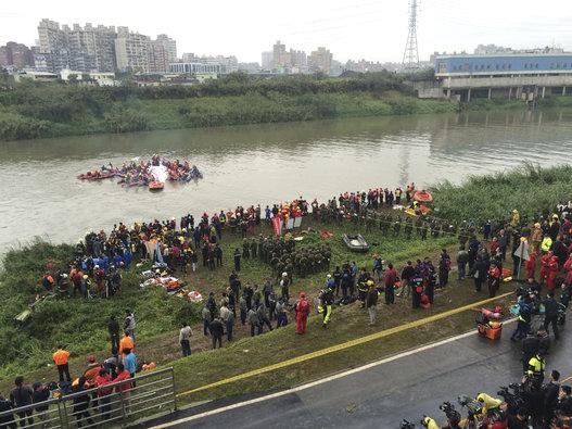 Toàn cảnh công tác cứu hộ máy bay lao xuống sông nhìn từ trên cao