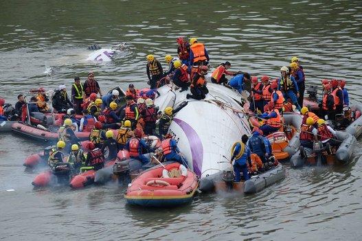 Cứu hộ các nạn nhân máy bay . Ảnh Huffingtonpost