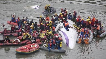 Lực lượng cứu hộ đã trục vớt được 42 thi thể (Ảnh: Getty)
