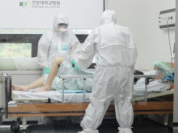 Điều trị cho một bệnh nhân nhiễm MERS tại bệnh viện Konyang ở Daejeon, miền trung Hàn Quốc.