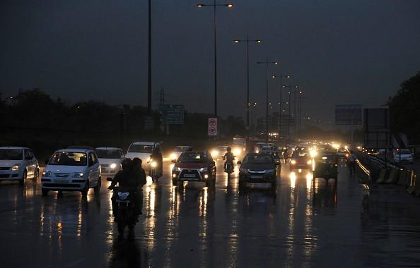 Mưa nhỏ trên đường cao tốc Delhi - Guraon tại thành phố Guraon, bang Haryana, vào ngày 1/6. Ảnh: AFP
