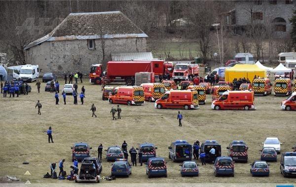 Nhân viên cứu hộ tập trung tại khu vực Seyne, đông nam nước Pháp, gần hiện trường máy bay Airbus A320 gặp nạn.
