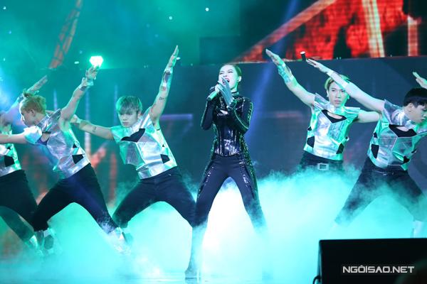 Đội Giang Hồng Ngọc biểu diễn ca khúc Lột xác của nhạc sĩ Nguyễn Hải Phong. Nữ ca sĩ bùng nổ với tiết mục lấy ý tưởng từ phim Xman.