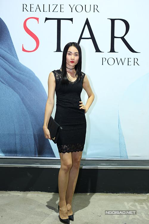Thùy Trang với váy ren đen kiểu dáng đơn giản nhưng không kém phần sexy.