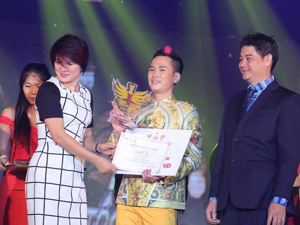 [Caption]Và sau những phần thi được đánh giá cao của 5 vị giám khảo trong đêm chung kết cùng với kết quả bình chọn của khán giả, thí sinh Nguyễn Duy đã đăng quang ngôi vị quán quân Vua tóc Việt Nam với giải thưởng tiền mặt 300 triệu và hợp đồng quản lý salon tóc trong vòng 1 năm.