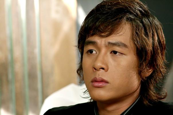 Sau khi tốt nghiệp Trung học phổ thông, Hòa Hiệp thi đậu trường CĐ Sân khấu Điện ảnh và ĐH Hàng Hải. Đứng giữa hai lựa chọn, anh quyết định theo đuổi đam mê diễn xuất, còn cha mẹ lại ra sức ngăn cản vì muốn con nối gót truyền thống của gia đình. Năm 2000, Hòa Hiệp có được vai diễn đầu tay trong Vòng xoáy số phận. Năm 2006, nhờ ngoại hình thư sinh, diễn xuất tốt và đài từ chuẩn cho việc thu tiếng trực tiếp, Hòa Hiệp được đạo diễn Kim Hyo Joong mời vào vai Khanh - anh cùng cha khác mẹ với Vy trong Mùi ngò gai. Sau vai diễn này, nam diễn viên bắt đầu xuất hiện dày đặc hơn trong nhiều bộ phim truyền hình ăn khách như Gia đình phép thuật, Lối sống sai lầm., Cổng mặt trời...