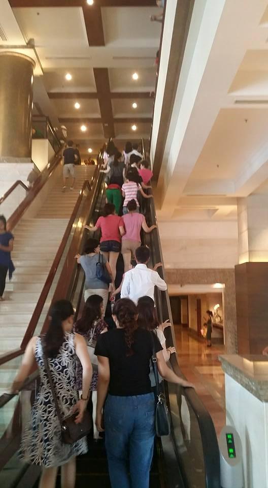 Nhiều khách hàng lên thang máy đợi khi bên trong đã chết chỗ