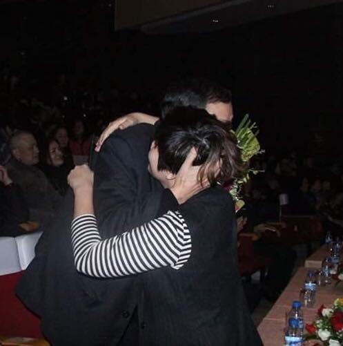 Cái ôm rất chặt của nhạc sỹ và con gái.