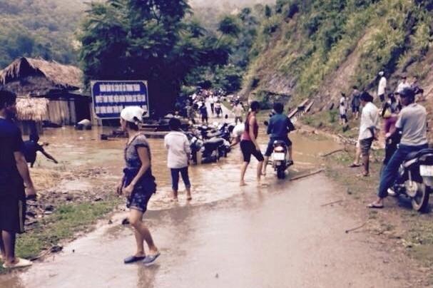 Do mưa lớn giao thông đi lại tại các huyện miền núi gặp rất nhiều khó khăn