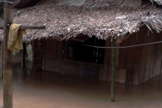 Gần 100 ngôi nhà bị ngập nặng