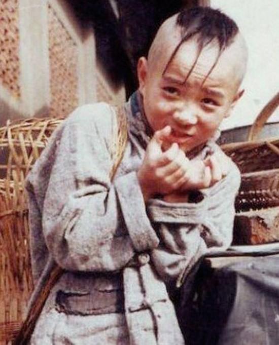 4. Mạnh Trí Siêu: Mạnh Trí Siêu ghi dấu ấn sâu đậm trong lòng người xem với vai diễn cậu bé Tam Mao trong bộ phim truyền hình Cuộc đời phiêu bạt của Tam Mao. Vai diễn này đã giúp Trí Siêu trở thành ngôi sao nhí được săn đón.