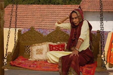 Nhân vật bà chồng Anandi có riêng một chiếc ghế lớn dạng xích đu.