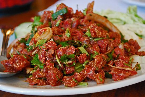 Món ăn độc đáo Koi Soi của Thái Lan cũng được chế biến từ thịt bò sống cùng các gia vị đặc trưng Thái Lan như nước mắm, ớt, chanh, một vài thảo mộc tươi.