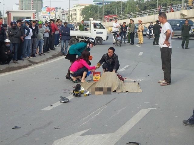 Một cô gái bị xe container cán qua người tại ngã ba đường Phạm Văn Đồng rẽ vào Hồ Tùng Mậu (Hà Nội). (Ảnh: H.Sơn)