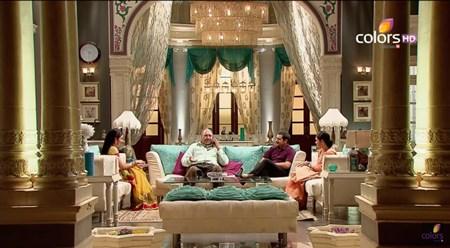 Rèm vàng lấp lánh mang đến cảm giác như cung điện hoàng gia