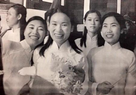 Tạ Bích Loan từng tốt nghiệp đại học và cao học tại Đại học tổng hợp Lomonoxop. Cô là người dẫn chương trình, biên tập viên lâu năm ở Đài truyền hình Việt Nam cùng thế hệ với Lại Văn Sâm. Nhắc đến cô, khán giả không thể quên hình ảnh MC quen thuộc của Đường lên đỉnh Olympia, Bảy sắc cầu vồng, Người đương thời, Khởi nghiệp.