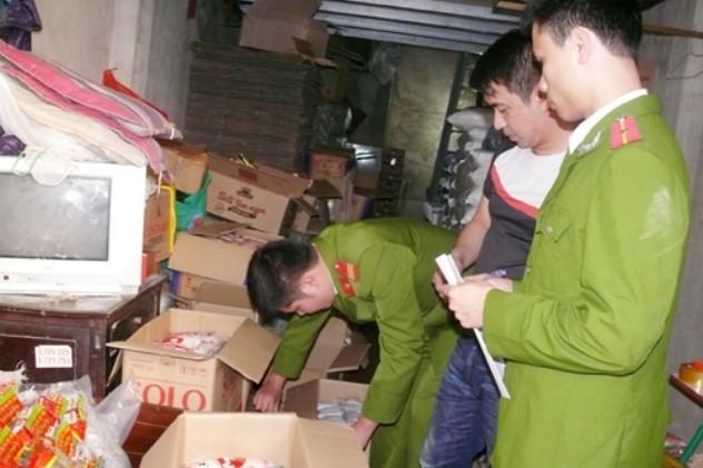 Các cơ quan chức năng đang lập biên bản, niêm phong số mỳ chính, hạt nêm giả của Nguyễn Thị Cẩm Hường