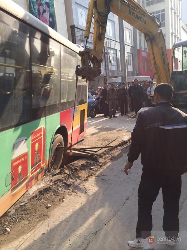 Chiếc xe buýt này khi đang lưu thông trên đường Trần Phú, theo hướng Hà Đông vào nội thành Hà Nội thì bất ngờ bánh xe sau bị sập hố ga. (Ảnh: Kênh 14)