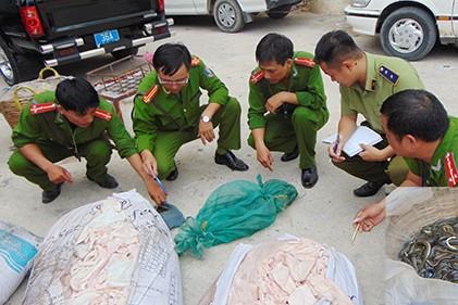 Số bì lợn ôi thiu và thực phẩm khác bị thu giữ