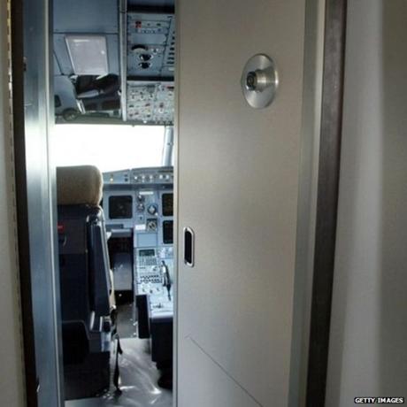 Cơ phó Lubitz cùng tìm các thông tin an ninh của cửa buồng lái máy bay. (Ảnh: