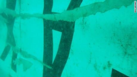 Cận cảnh mảnh vỡ QZ8501 nằm dưới đáy biển