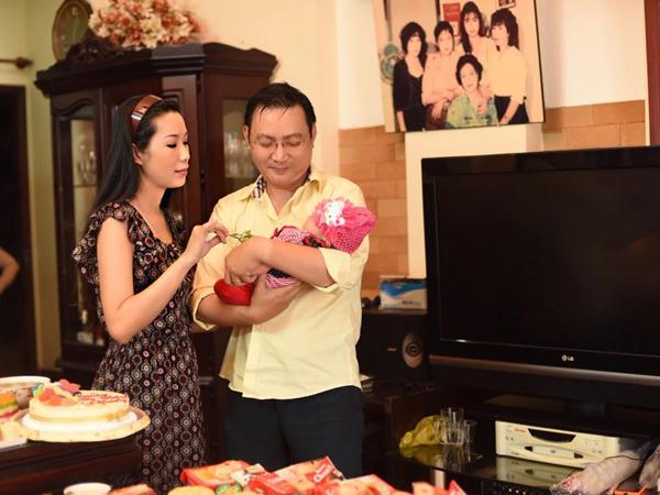 Bé Khánh Vy lúc mới sinh nặng 3,2kg. Bé xinh xắn, đáng yêu, giống cả bố lẫn mẹ.