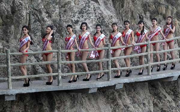 mẫu bikini đi trên vách núi