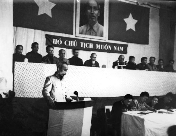 Chủ tịch Trung Quốc Mao Trạch Đông và Chủ tịch Hồ Chí Minh tại một buổi tiệc sau cuộc họp ở Bắc Kinh vào tháng 6/1955.