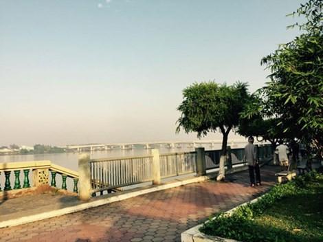 """Bờ sông ngày xưa, bây giờ được xây kè bờ kiên cố thành một công viên ven sông, nhưng ký ức về cái Cồn Gáo bị """"trôi"""" mất luôn hiện hữu trong tâm thức người dân Biên Hòa."""