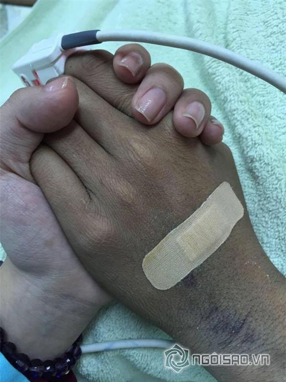 Xúc động hình ảnh vợ chồng Duy Nhân nắm chặt tay nhau 0