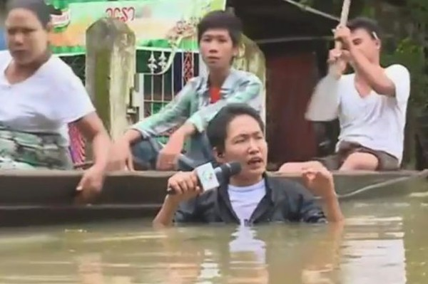 Myanmar-journalist-braves-flood-waters-up-to-neck-cc1b1