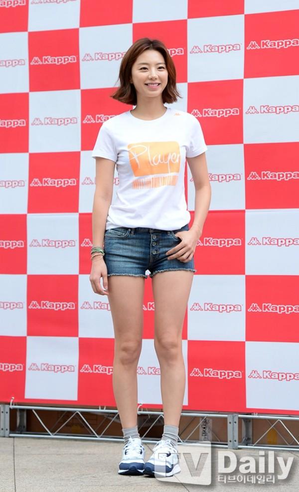 Vợ tương lai của Bae Yong Joon tươi trẻ trong sự kiện gần đây tại Seoul.