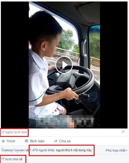 Rợn gáy cảnh bé trai lái ô tô chạy băng băng trên đường - 2