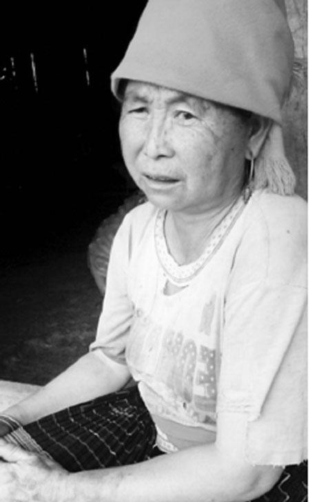 Bà Dua đã vượt cạn 12 lần và mặc dù đông con, nhiều cháu nhưng bà vẫn phải làm quần quật.