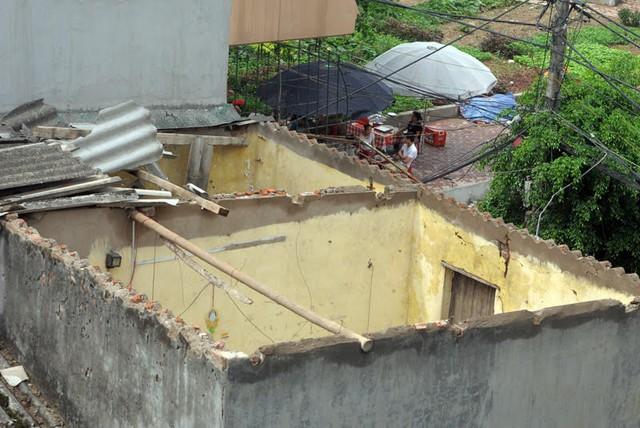 Một căn nhà tại phường Mễ Trì Thượng, Nam Từ Liêm bị lốc xoáy bay mái. Ảnh: Phạm Hải