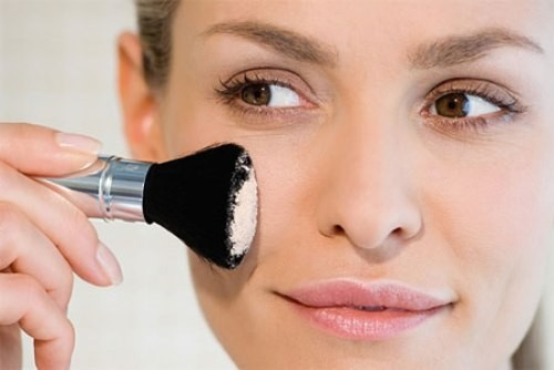 Sử dụng phấn bronzer: Để tạo độ sáng cho da, hãy cho loại phấn bronzer tốt. Để tránh bị ảnh hưởng trực tiếp bởi tia mặt trời, bạn nên thoa phấn bronzer lên những khu vực như vùng mũi, cằm và má. Nếu bạn không dùng bronzer, bạn có thể thay bằng phấn hồng.