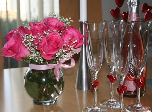 Trang trí phòng ngày Valentine đơn giản và ý nghĩa với hoa hồng đỏ