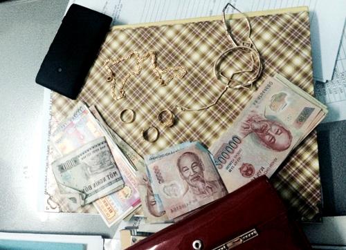 Số tiền vàng mà nữ ôsin trộm của gia chủ. Ảnh: Nguyệt Triều.