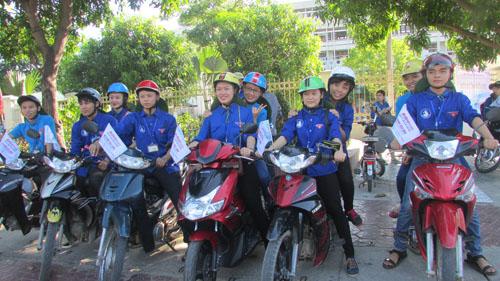 Đội ngũ xe ôm miễn phí từ các bạn sinh viên luôn sẵn sàng phục vụ thí sinh. Ảnh: Hồ Hà