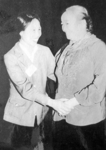 Bà Lịch (trái) trong một lần được gặp bà Nguyễn Thị Định, nguyên Chủ tịch Hội LHPN Việt Nam.