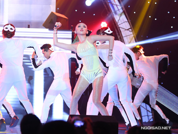Đội Tóc Tiên mở màn đêm thi với ca khúc mới của nhạc sĩ Lương Bằng Quang mang tên Thế giới không có anh. Tóc Tiên gây sốc khi quấn trăn lên người khi hát.