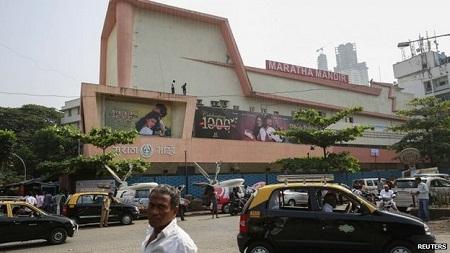 Rạp Maratha Mandir lần đầu tiên chiếu bộ phim này hồi tháng 10/1995.