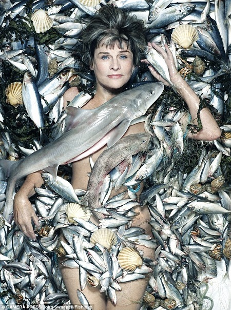 """Nữ diễn viên kỳ cựu Julie Christie (75 tuổi) nằm trên một """"tấm thảm cá""""."""