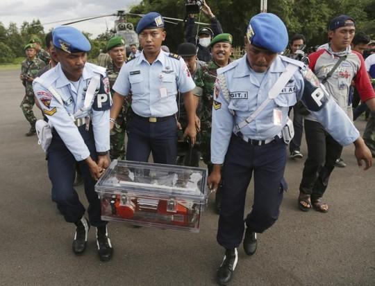 Hộp đen máy bay được chuyển về Jakarta để phân tích. Ảnh: AP