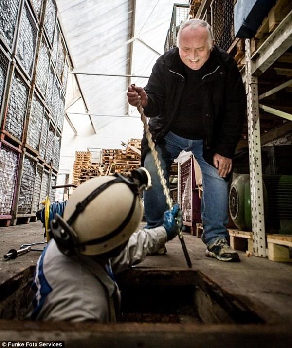 Nhóm hưu trí Đức tích cực tìm kiếm Phòng Hổ phách bên dưới đường phố Wuppertal. Ảnh: Funke Photo Services